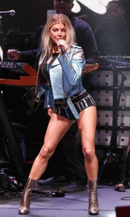64794172_venice-cafebruary-08-singer-fergie-performs-at-the-tommyland-tommy-hilfiger-spring-2